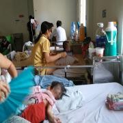 Các trẻ bị bệnh sởi đang điều trị tại Bệnh viện Nhi Đồng 2