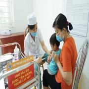 Tiêm chủng đầy đủ cho trẻ là biện pháp phòng bệnh hiệu quả.